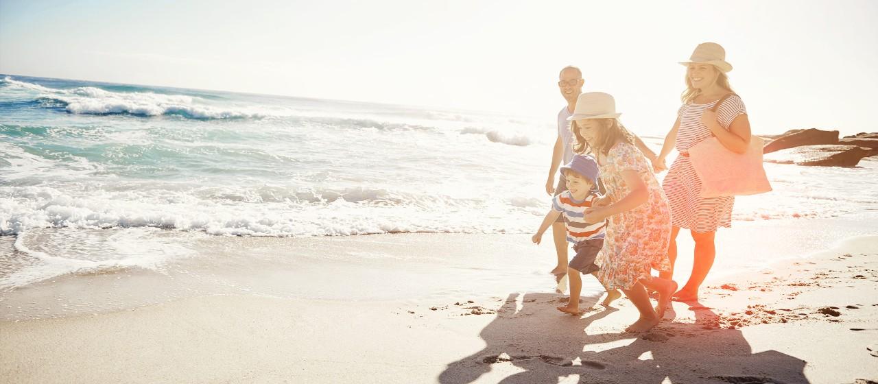 Füße am Strand mit Wellen