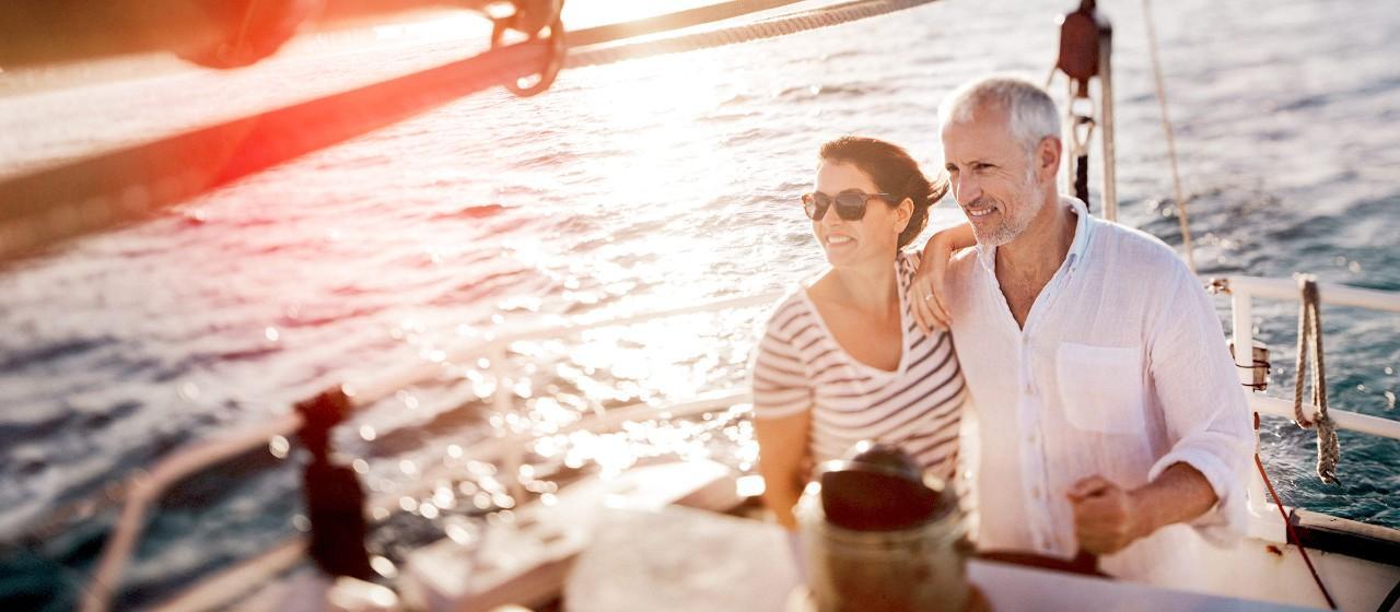 Paar auf Segelbot