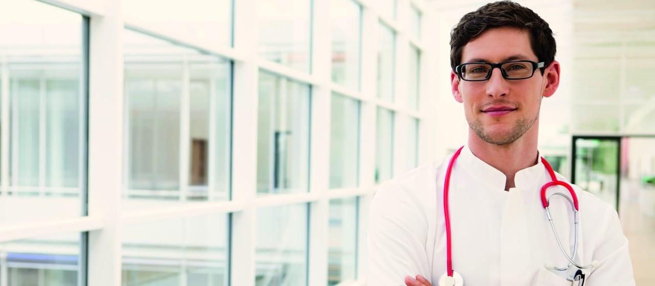 Junger Arzt vor Fenster